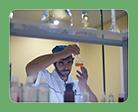Сотрудник микробиологической лаборатории Научной компании Фламена осматривает контрольный образец эмульсии